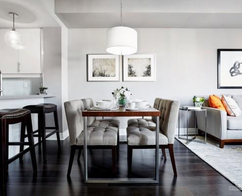 Столовая зона в гостиной, совмещенной с кухней