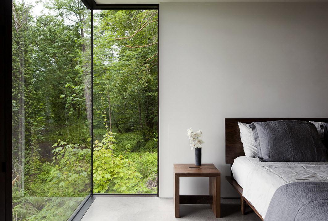 Панорамное окно в оформлении спальни