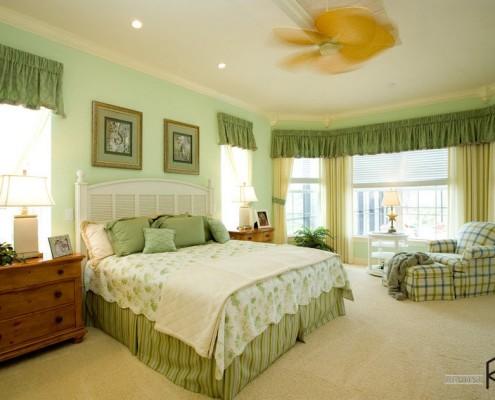 Уютная спальня в зеленых тонах