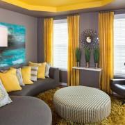 Жёлтые шторы в тёмной гостиной