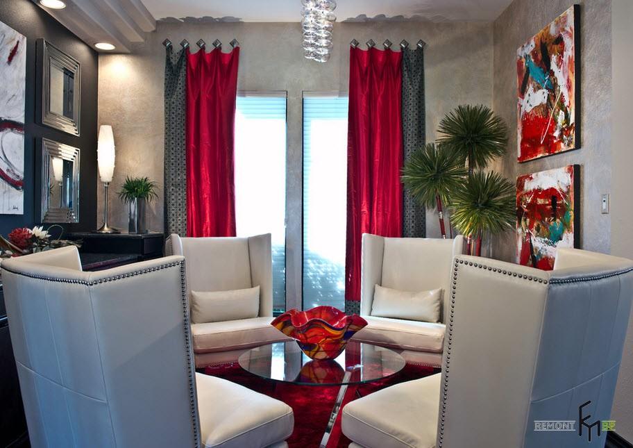 Красные и серые шторы в гостиной