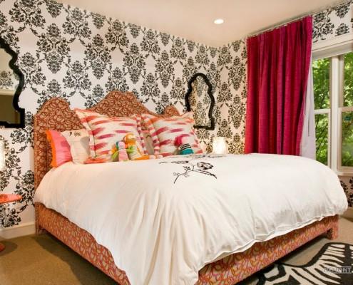 Контрастный орнамент обоев в спальне