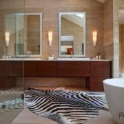Шкура на полу в ванной