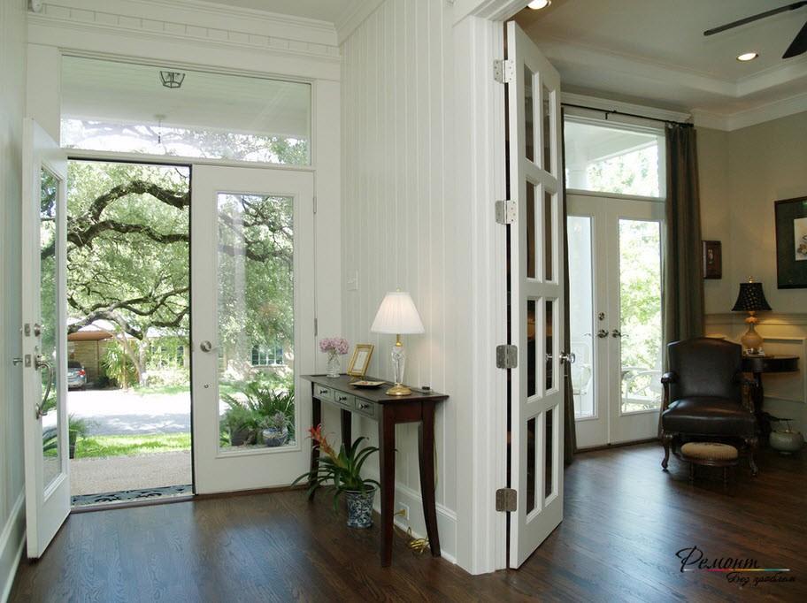 Дверь со стеклом в интерьере