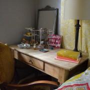 Деревянный рабочий стол в спальне