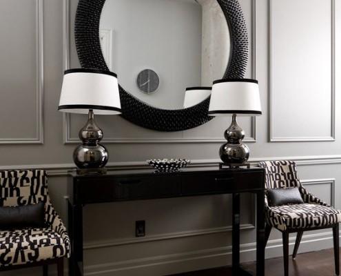 Зеркало в круглой черной раме и два белых светильника