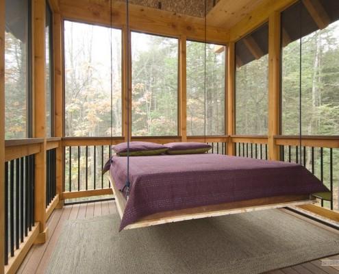 Лиловое покрывало на подвесной кровати