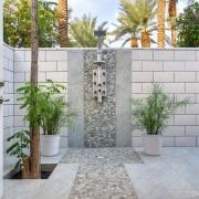 декоративные растения и дерево в летнем душе