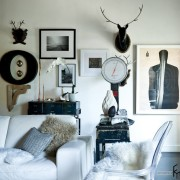 Голова оленя на стене в гостиной