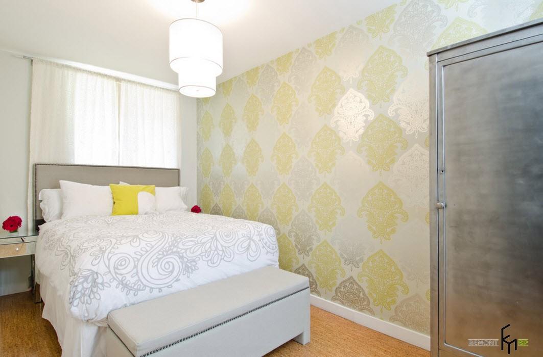 Серая деревянная стена в спальне