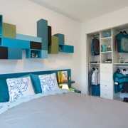 Сочетание голубых элементов на белом фоне стен в детской