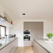 Белоснежная кухня на деревянном полу