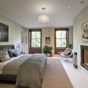 Спальня с камином и балконом