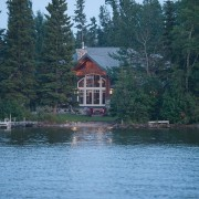 Фасад дома у озера