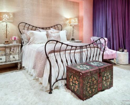 Расписной сундук в спальне