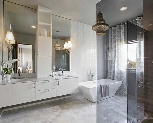 Прозрачная стеклянная перегородка в ванной модерн