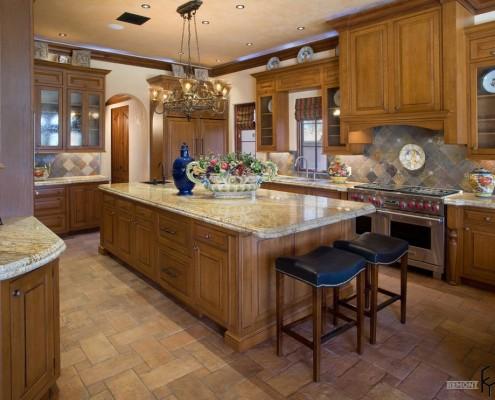 Кафель кирпичного цвета на полу кухни