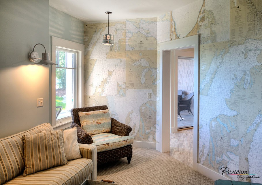 Плетеное кресло у окна напротив карты на стенах