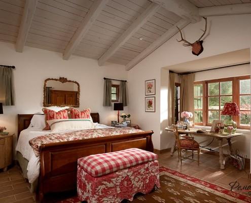 Потолок с поперечными деревянными балками