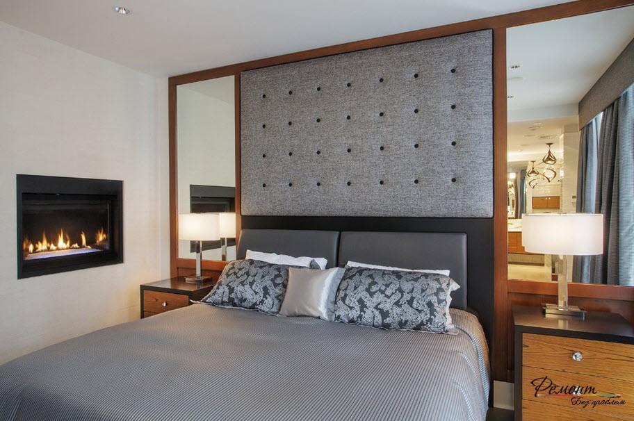 Два зеркала по бокам кровати