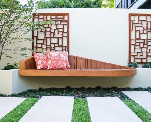 Стационарная скамья в саду