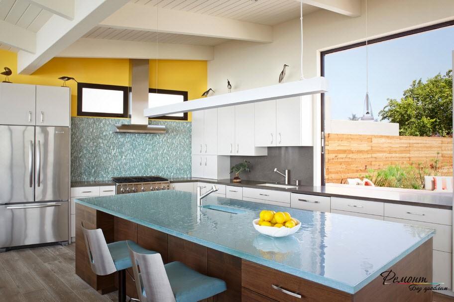 Стол из стекла на кухне