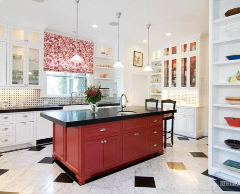Яркий и красочный интерьер комнат с красными шторами на фото
