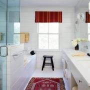 Красный коврик в ванной