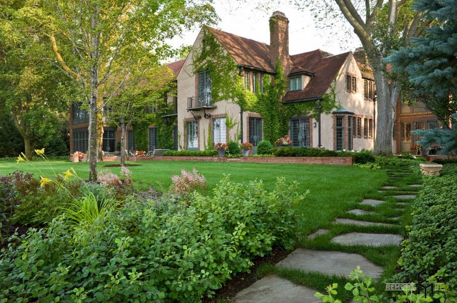 Дорожка в саду частного дома