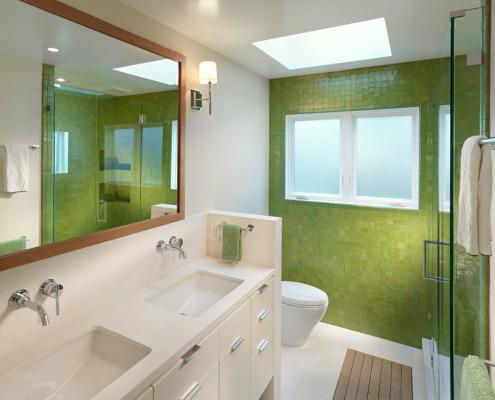 Зеленая кафельная стена в ванной