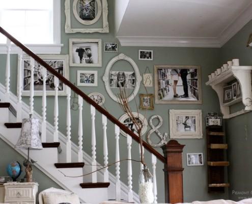 Фотогалерея на лестнице