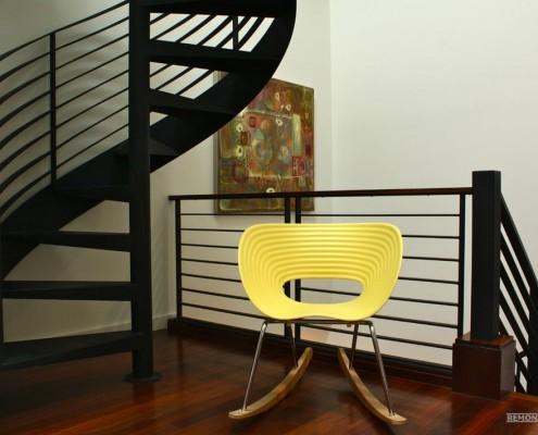 Желтое кресло-качалка в коридоре