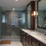 Много стекла в ванной