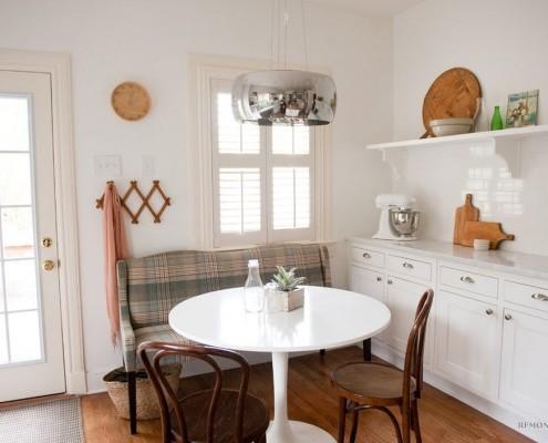 Белый стол в интерьере кухни