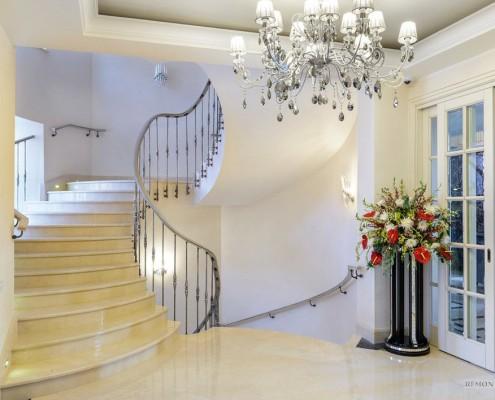 Оригинальная лестница на второй этаж