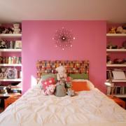белое покрывало в розовой комнате