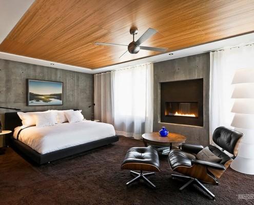Деревянный потолок в спальне