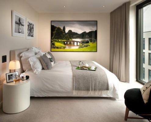 Красочная картина в спальной комнате