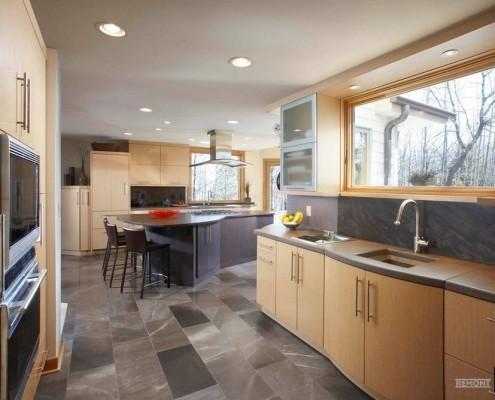 Серый оттенок на полу кухни