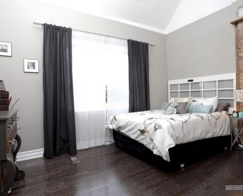 Темный ламинат и светло-серые стены в спальне
