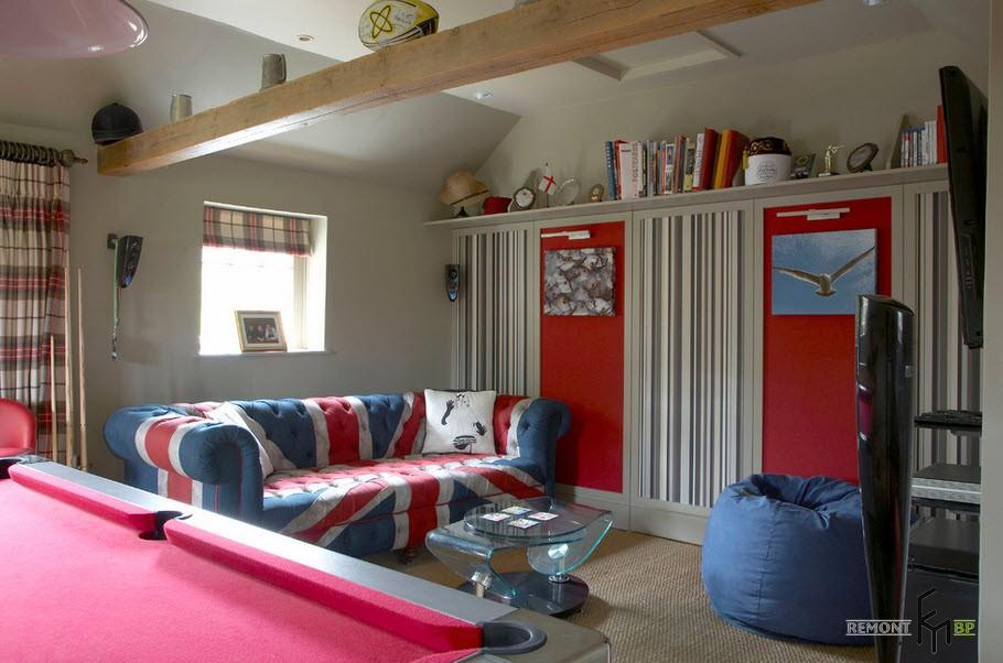 Британский флаг на диване и голубое кресло-мешок