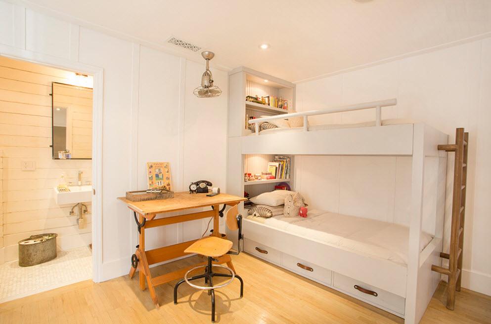 Белая двухъярусная кровать с тремя выдвижными ящиками