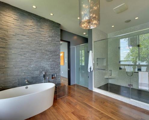 Ламинат в ванной с серой стеной