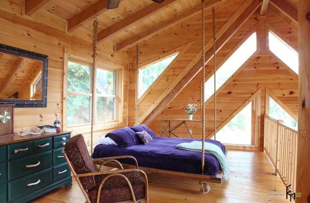 Подвесная кровать с фиолетовым покрывалом