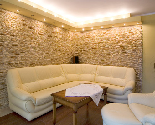 Отделка стен в декоративным камнем
