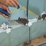 Между рядами стеклоблоков также улаживаем армирующий профиль