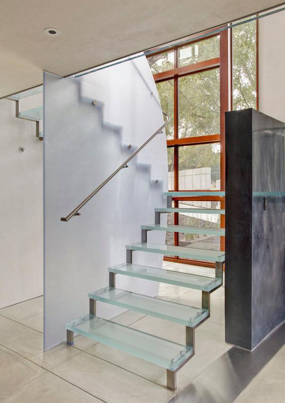 Оригинальные лестницы из стекла