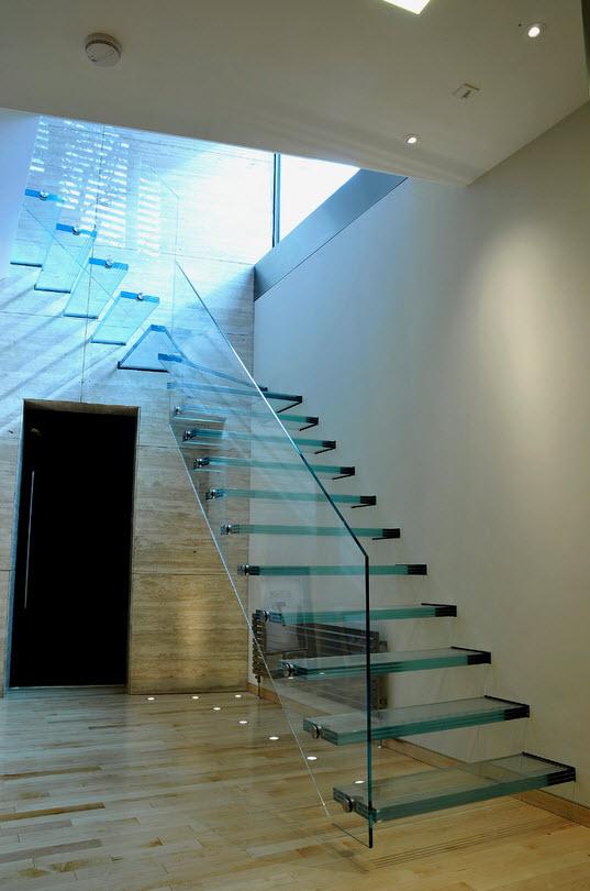 Фото необычной лестницы из стекла