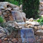 Искусственный каскадный водопад на даче