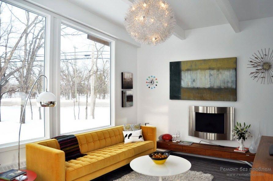 Красивый диван в гостиной